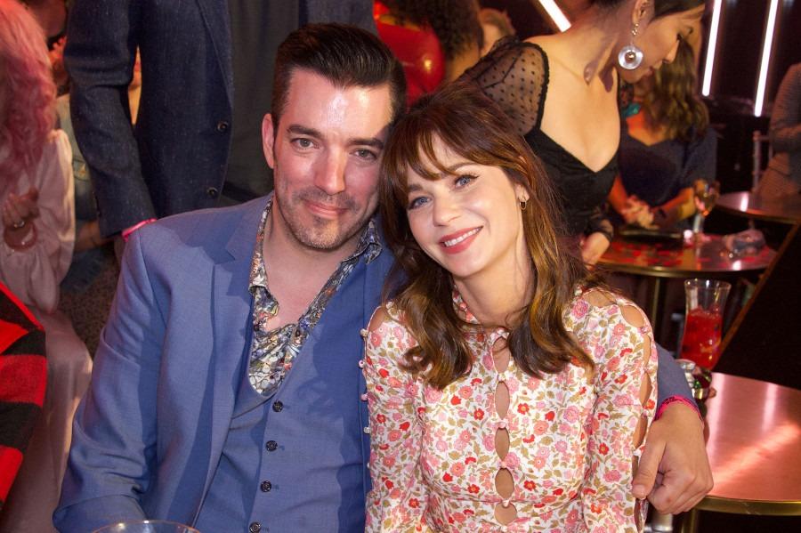 Zooey Deschanel Christmas Album.Zooey Deschanel S Husband Files Divorce Amid Romance With
